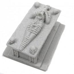Arredo: Sarcofago con scheletro sul coperchio